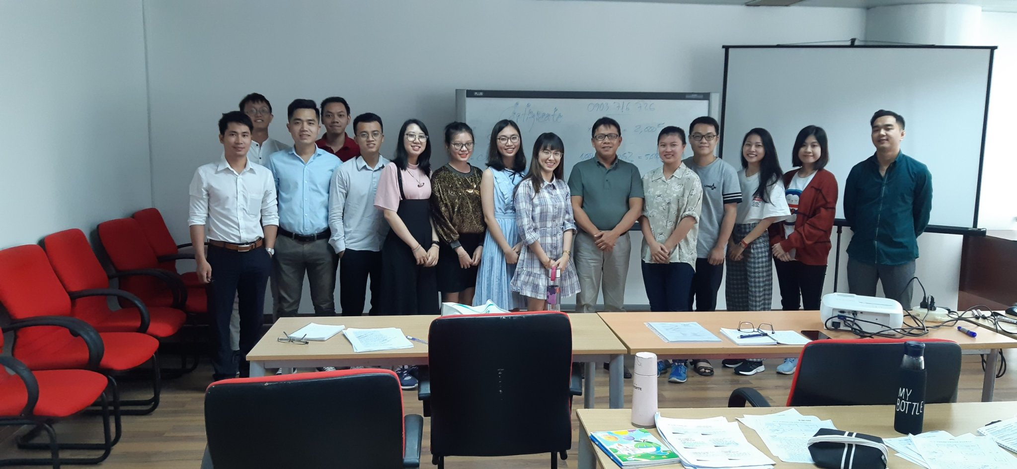 Thầy Tô Thanh Tuấn chụp ảnh kỷ niệm cùng nhân viên công ty TNHH Hóa Chất Biển Việt khi kết thúc chuyên đề đào tạo