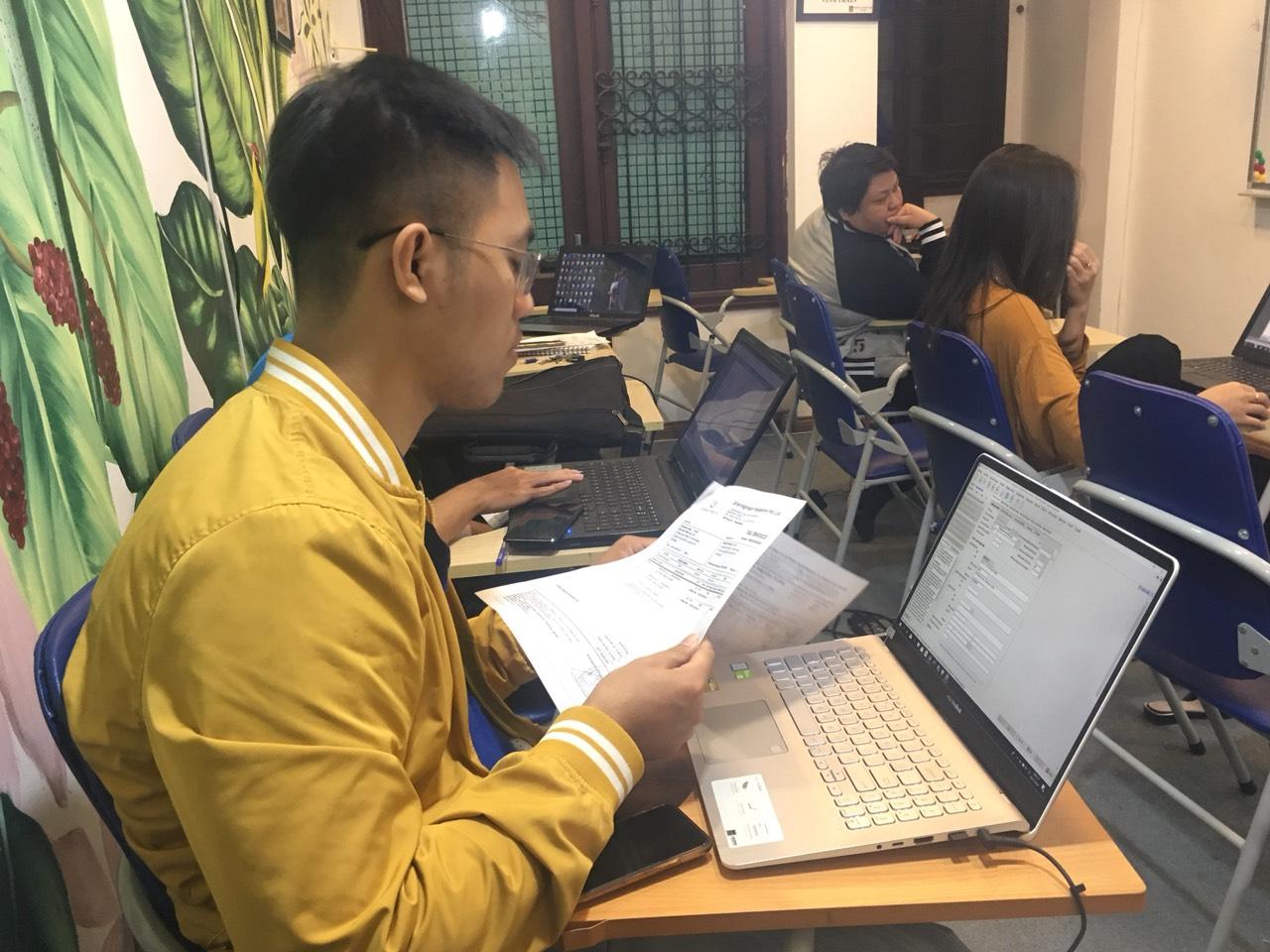 Buổi học phụ đạo khai báo hải quan điện tử cho học viên chưa thạo nghiệp vụ tại VinaTrain
