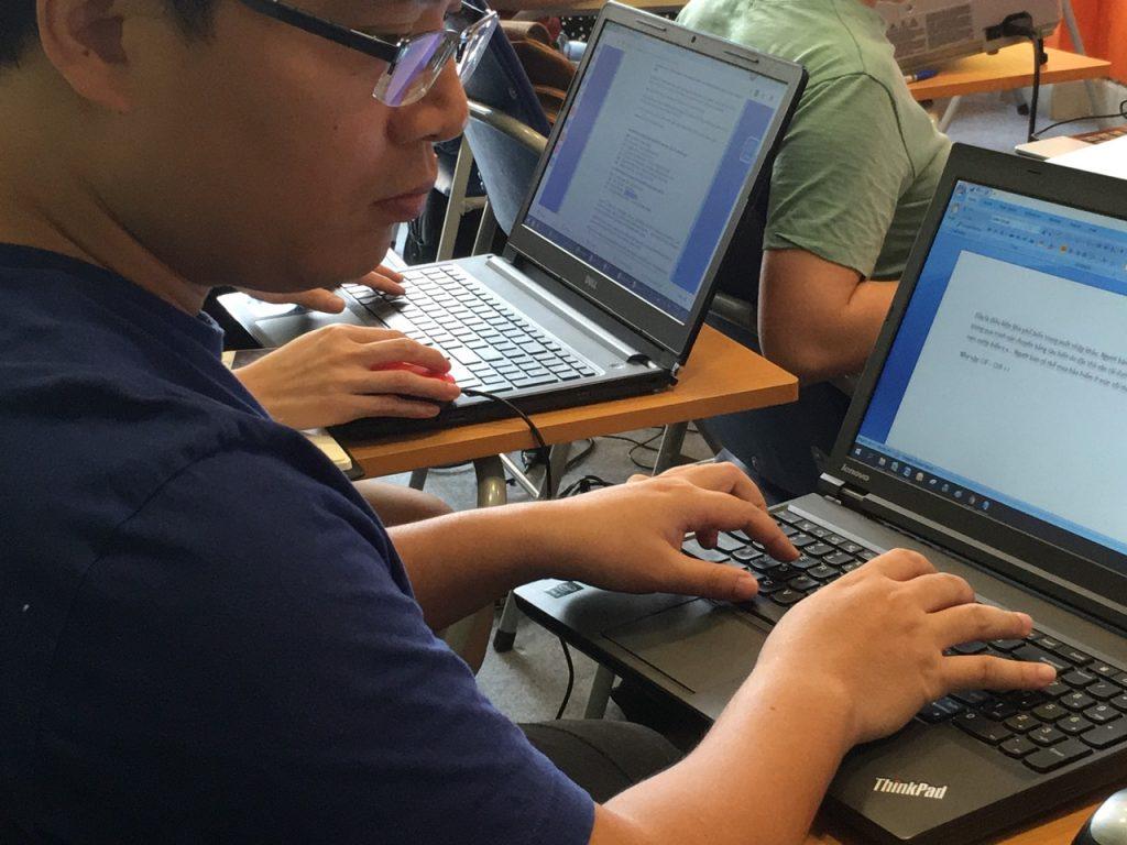 Học viên tại VinaTrain thực hành khai báo hải quan trên phần mềm Vinaccs Ecus