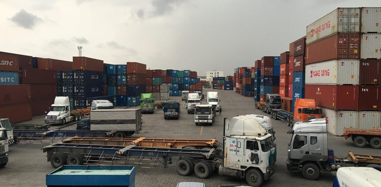 Hàng container được kéo ra bãi làm thủ tục hã bãi chờ xuất