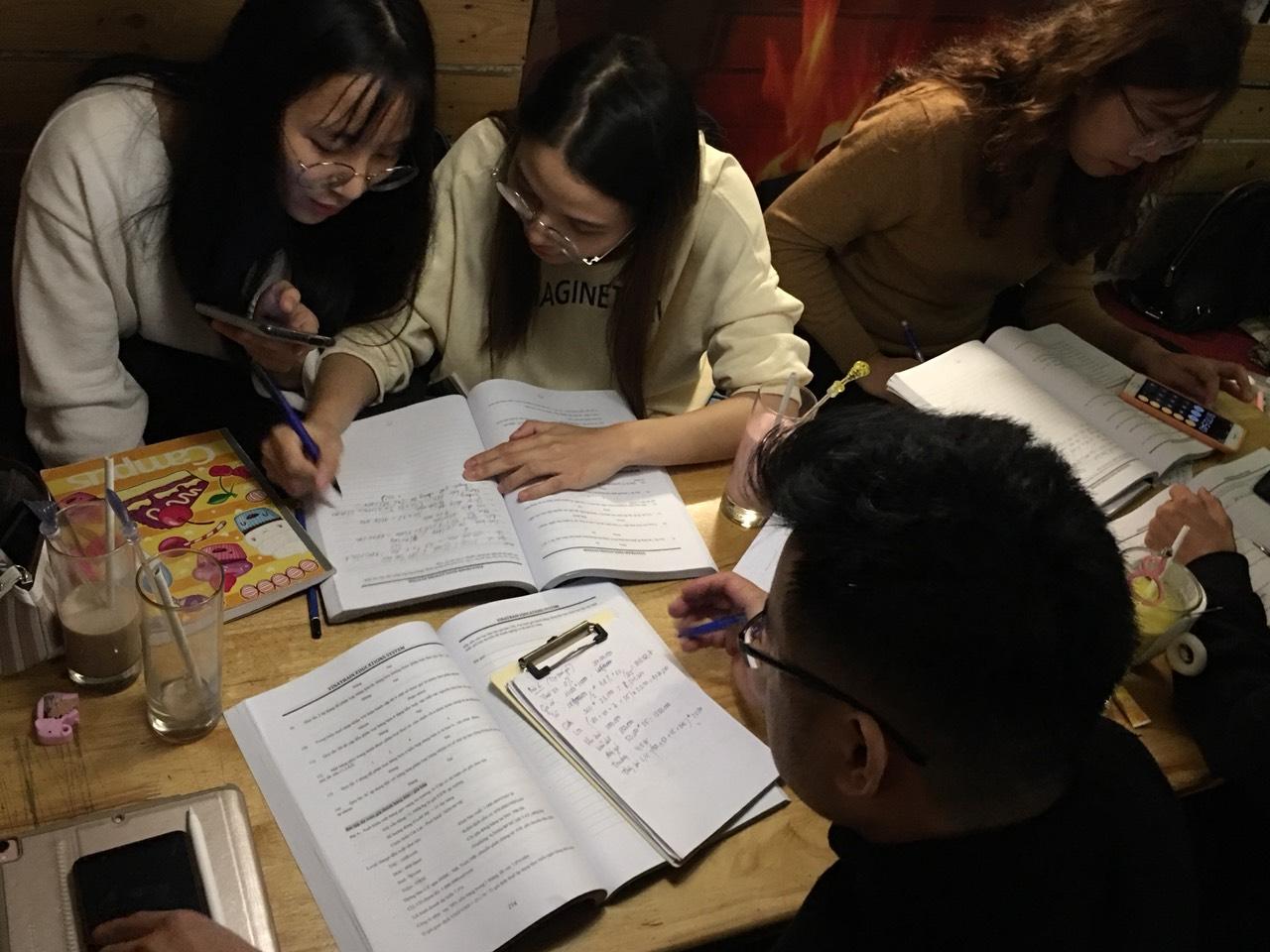 Buổi partime học nhóm của học viên lớp khai báo hải quan tại VinaTrain chi nhánh Hà Nội