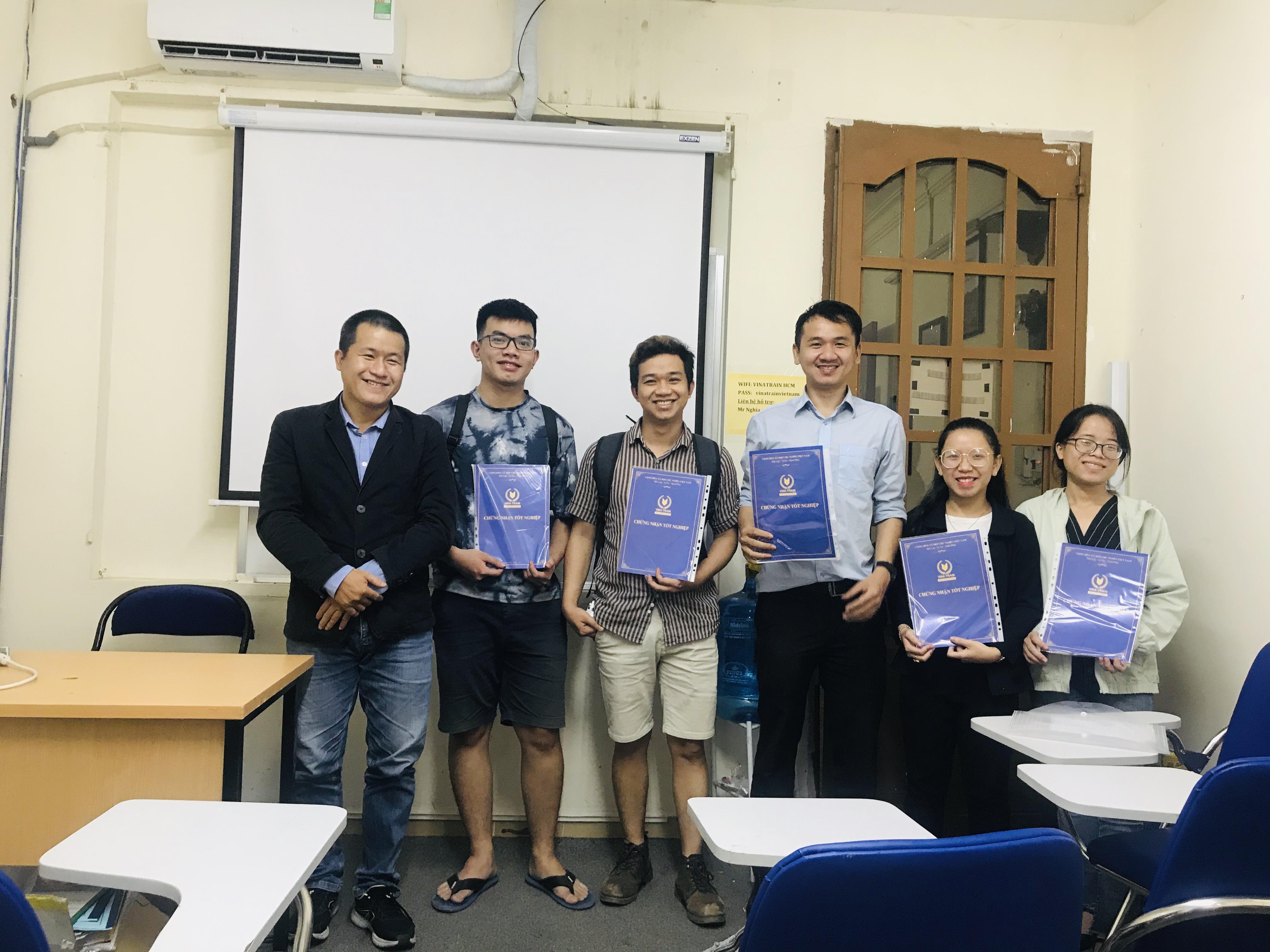 Học viên tại VinaTrain tốt nghiệp nhận bằng tại trung tâm