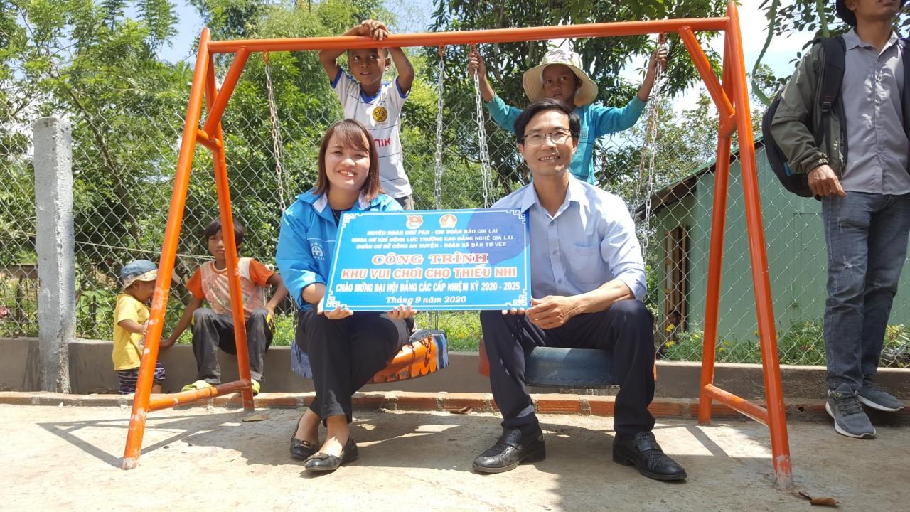 Chị Vũ Thị Thơm trao kinh phí ủng hộ xây dựng cho huyện đoàn Chư Pả