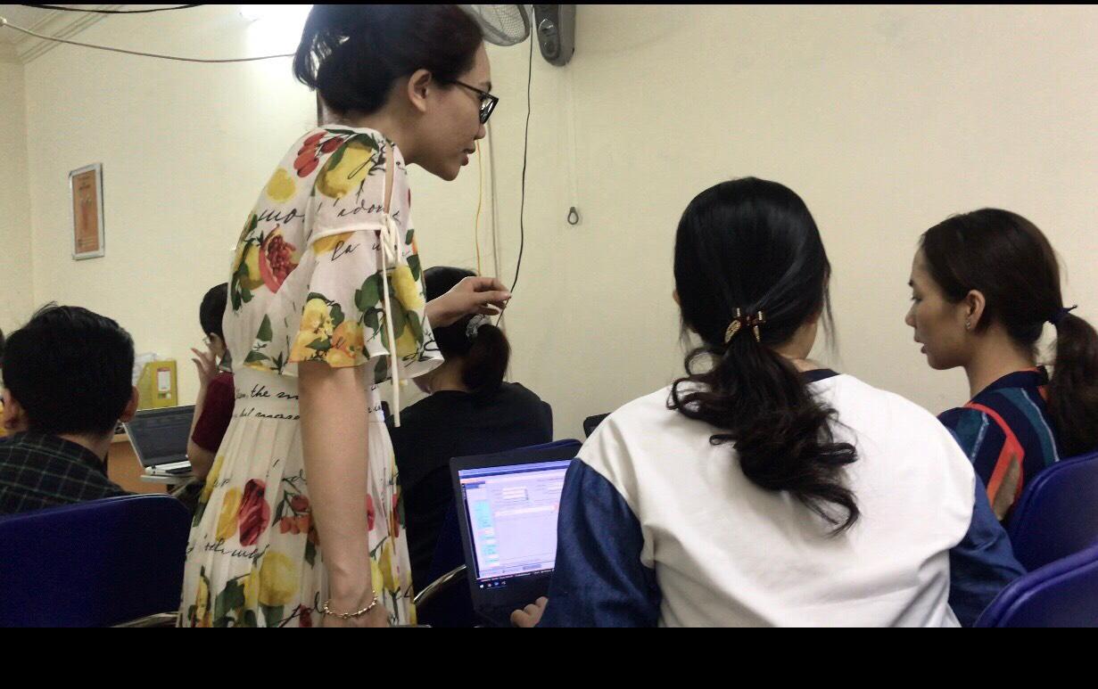 Giảng viên tại VInaTrain hướng dẫn học viên trong lớp