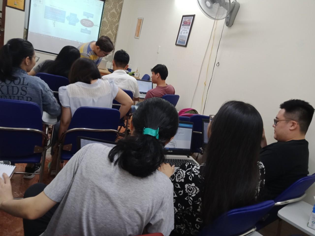 Giảng viên tại VinaTrain hướng dẫn nghiệp vụ tính lương cho học viên tại trung tâm chi nhánh Hồ Chí Minh