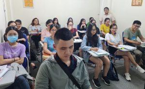 Thầy Tô Thanh Tuấn chụp ảnh cùng các bạn học viên lớp xuất nhập khẩu K73HCM02