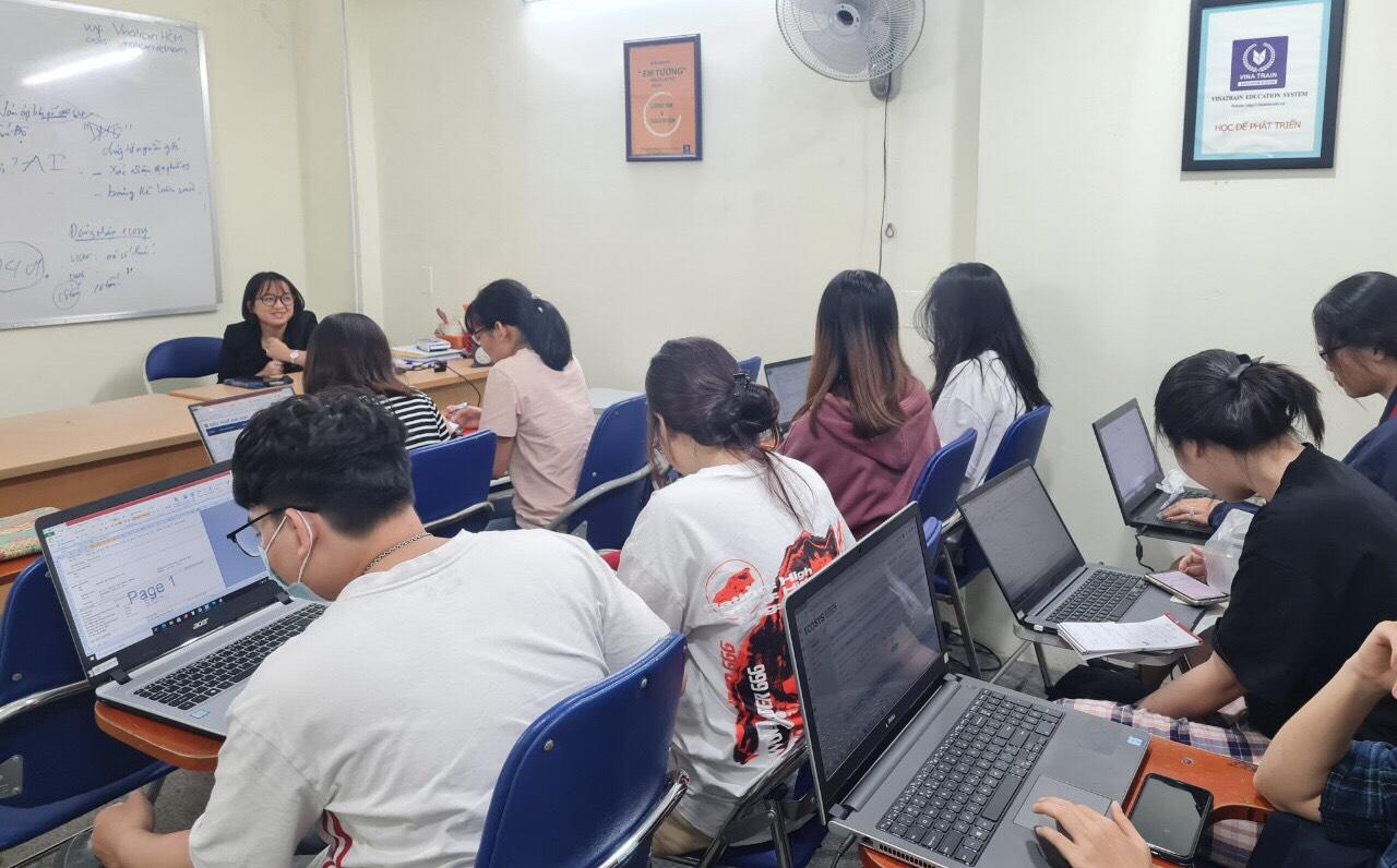 Học viên khóa học xuất nhập khẩu thực tế K73HCM02 tại buổi thực hành tiếp xúc với C/O