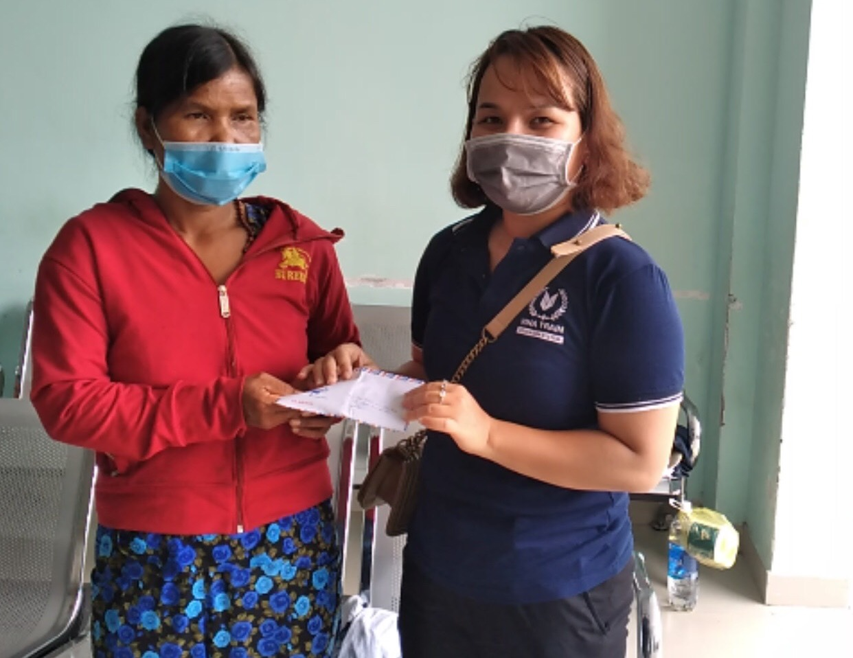 Đại diện VinaTrain trao tiền từ thiện tới gia đình em Phước