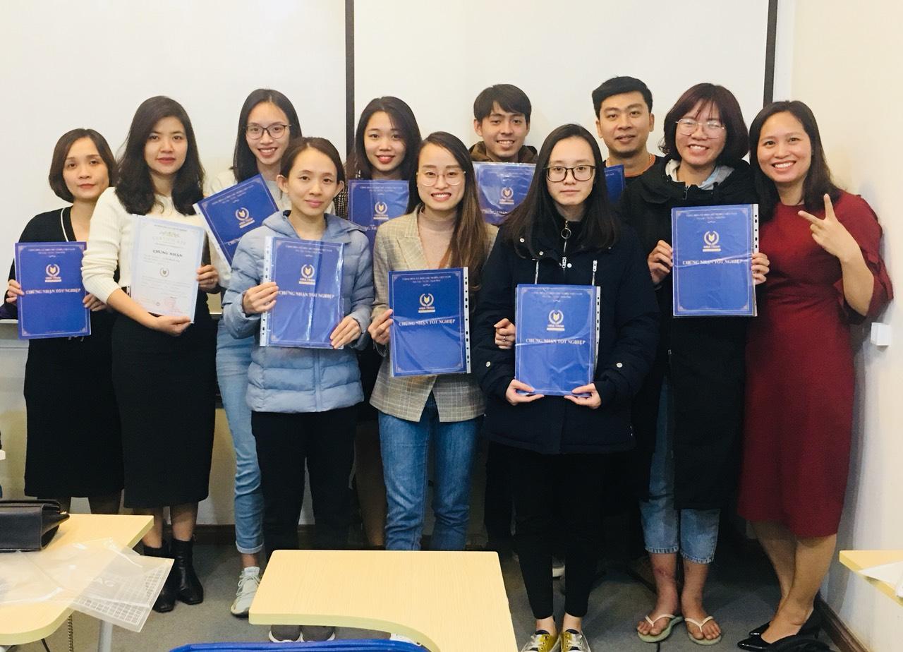 Giảng viên khóa học hành chính nhân sự chụp ảnh cùng học viên tại VinaTrain