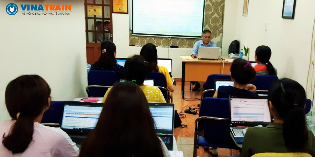Hình ảnh đào tạo excel cho người làm hành chính tại VinaTrain
