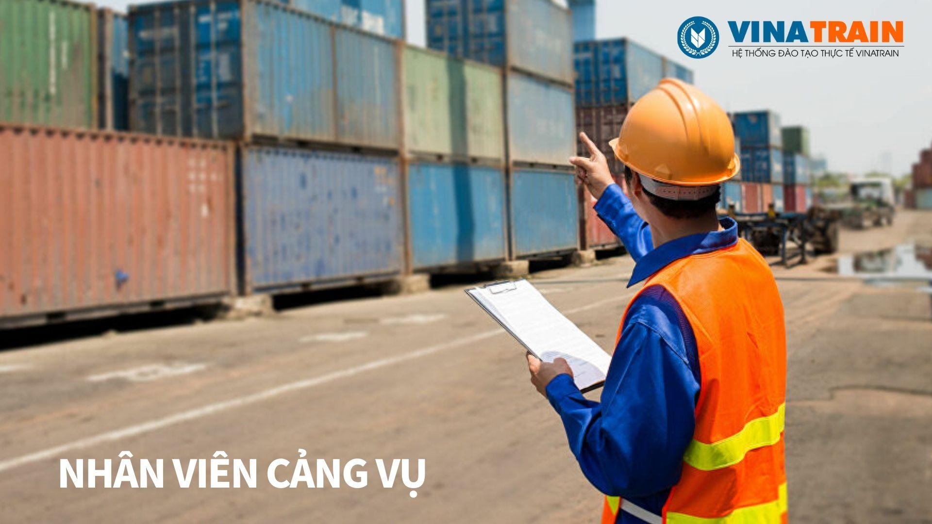 Nhân viên cảng vụ làm việc tại cảng biển và đất liền