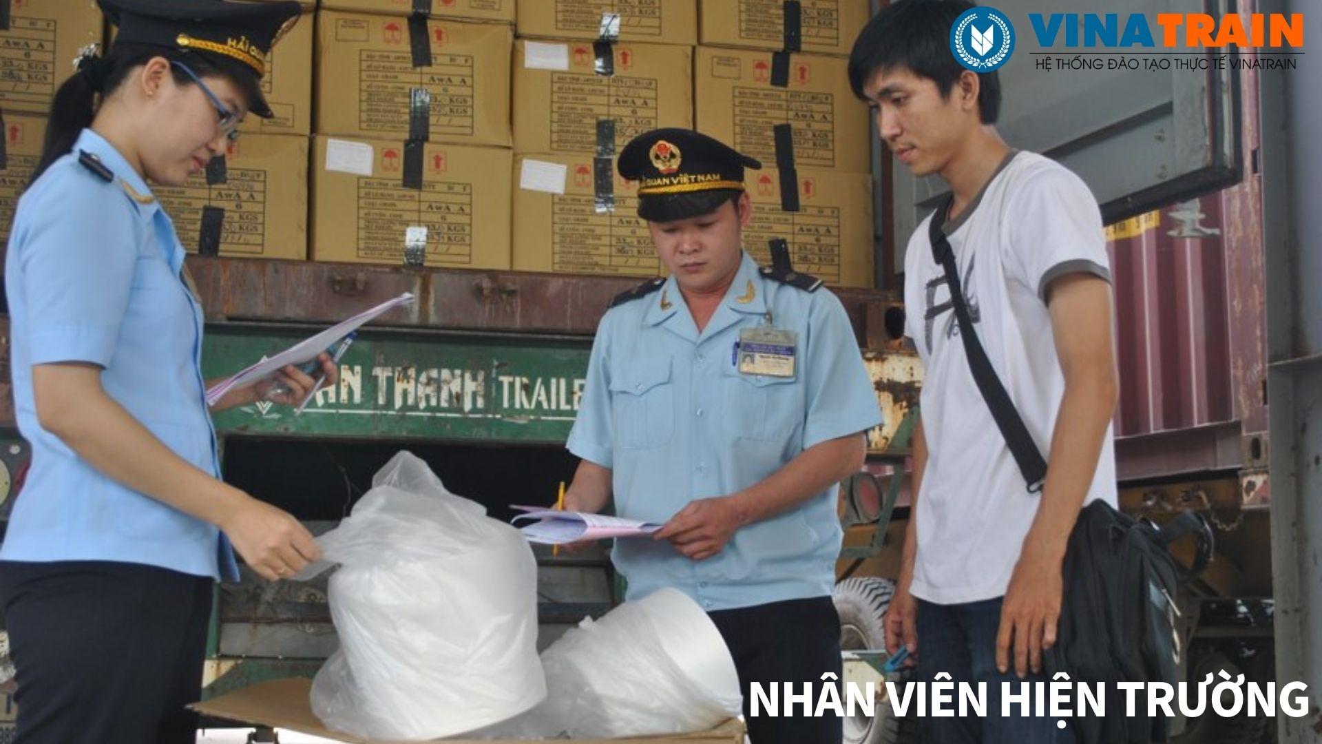 Lô hàng bị kiểm hóa nhân viên hiện trường đang cung cấp thông tin lô hàng cho cán bộ hải quan