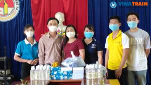Chị Nguyễn Thơm, đại diện cho trung tâm VinaTrain chụp ảnh lưu niệm cùng ban tổ chức